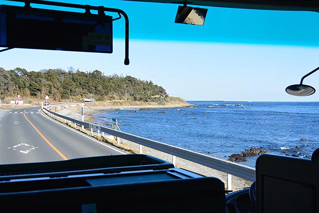 大洗の海岸線を移動するバスの車窓