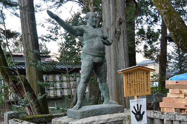 上社・本宮「雷雷為右衛門」の像