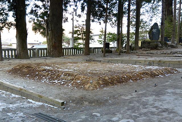 上社・本宮「神楽殿」横の土俵