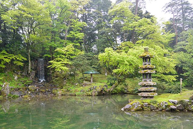 翠滝(みどりたき)と海石塔
