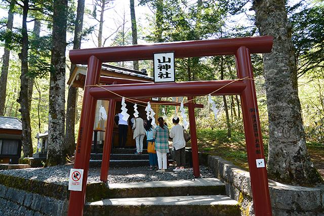 新屋山神社・奥宮で参拝