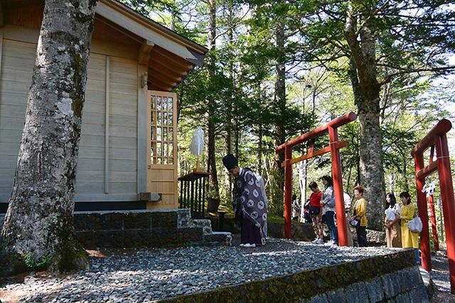 新屋山神社・奥宮、神職さんの祈祷