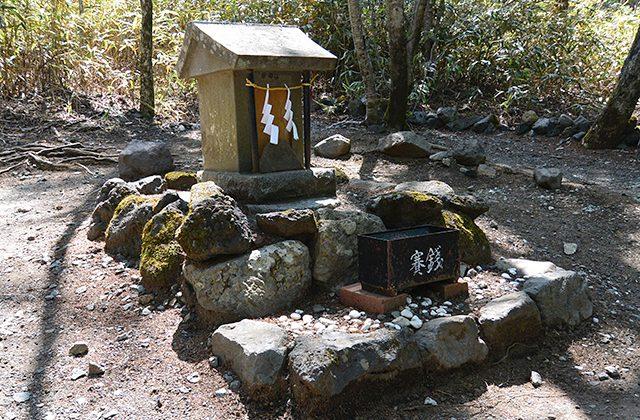 環状列石(ストーンサークル)の祠