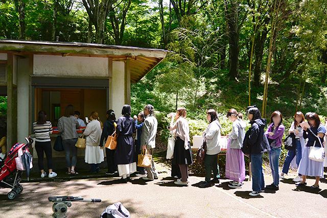 九頭龍神社のお守りを買う人々の列