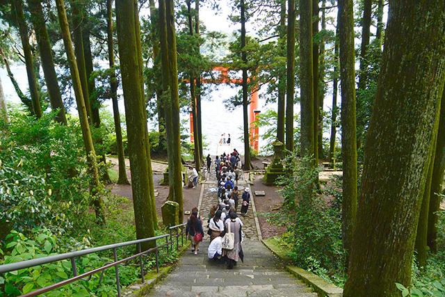 平和の鳥居の前で記念撮影する人々