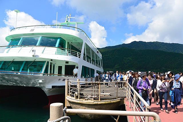 神山港で十国丸から下船する人々