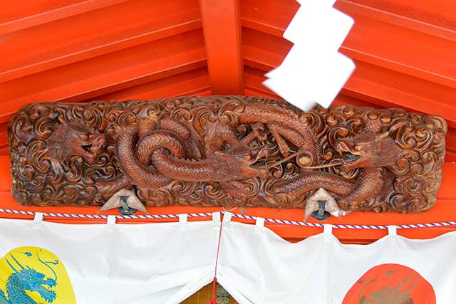 九頭龍神社の二頭の龍の彫刻