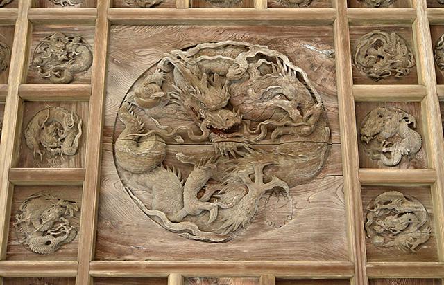 鶴谷八幡宮・拝殿上の「百態の龍」
