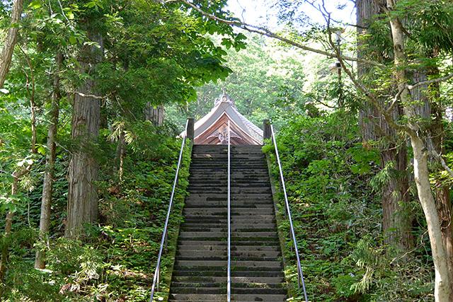 中社の階段の向こうに見える社殿