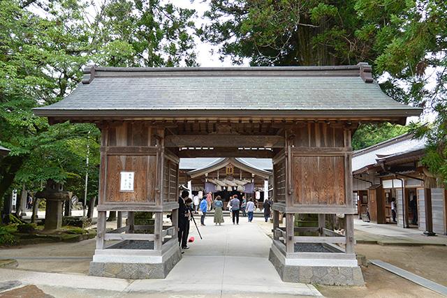 八重垣神社の随神門