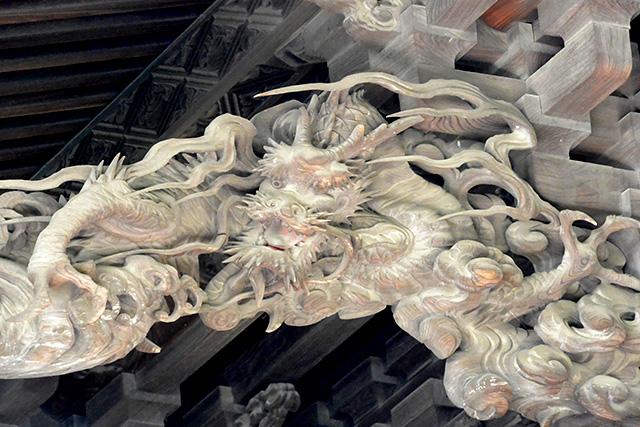 笠間稲荷神社・本殿の八方を見る龍