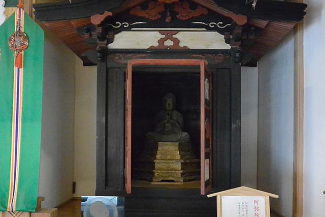 斎神社の中にある阿弥陀如来像