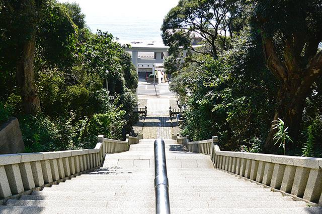 神磯の鳥居へ行く階段