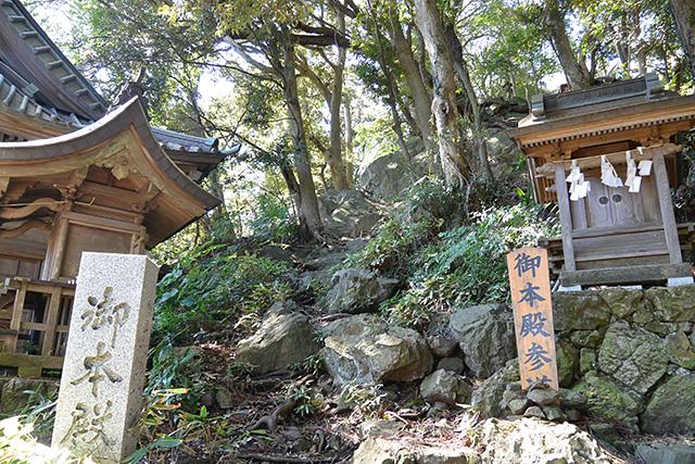 大甕神社・本殿へ