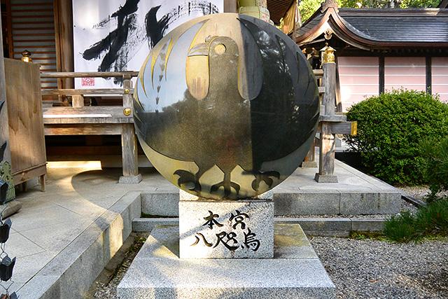 熊野本宮大社・拝殿前の八咫烏