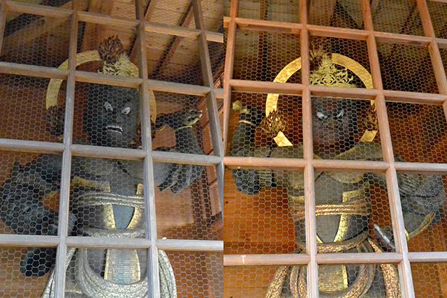 神門の中の金剛力士像