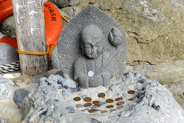 侵食の裂け目にある石仏