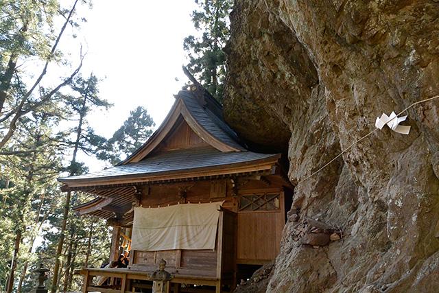 岩の中の中之嶽神社