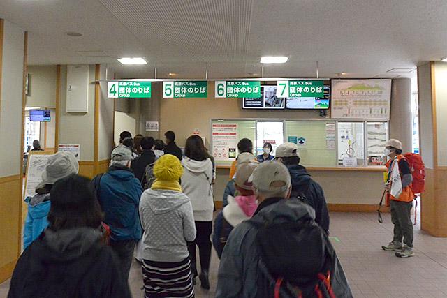 立山高原バスを待つ
